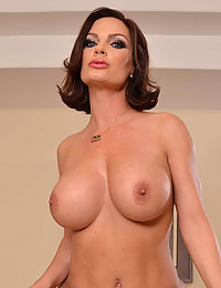 Hot brunette massage client nailed