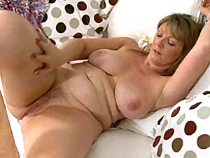 Voluptuous solo beauty masturbates