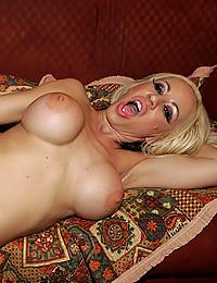 Horny Davia Sucks Throbbing Cock