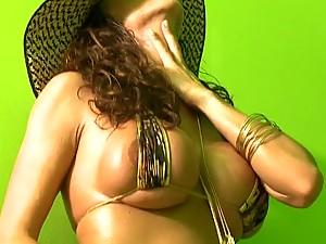 Big Breasted Pornstar Ariella Ferrera Loves Anal