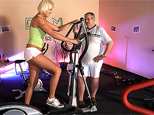 Local gym trainer fucking a hot willing teenage sweetie