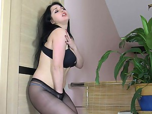Isidore in cool pantyhose video